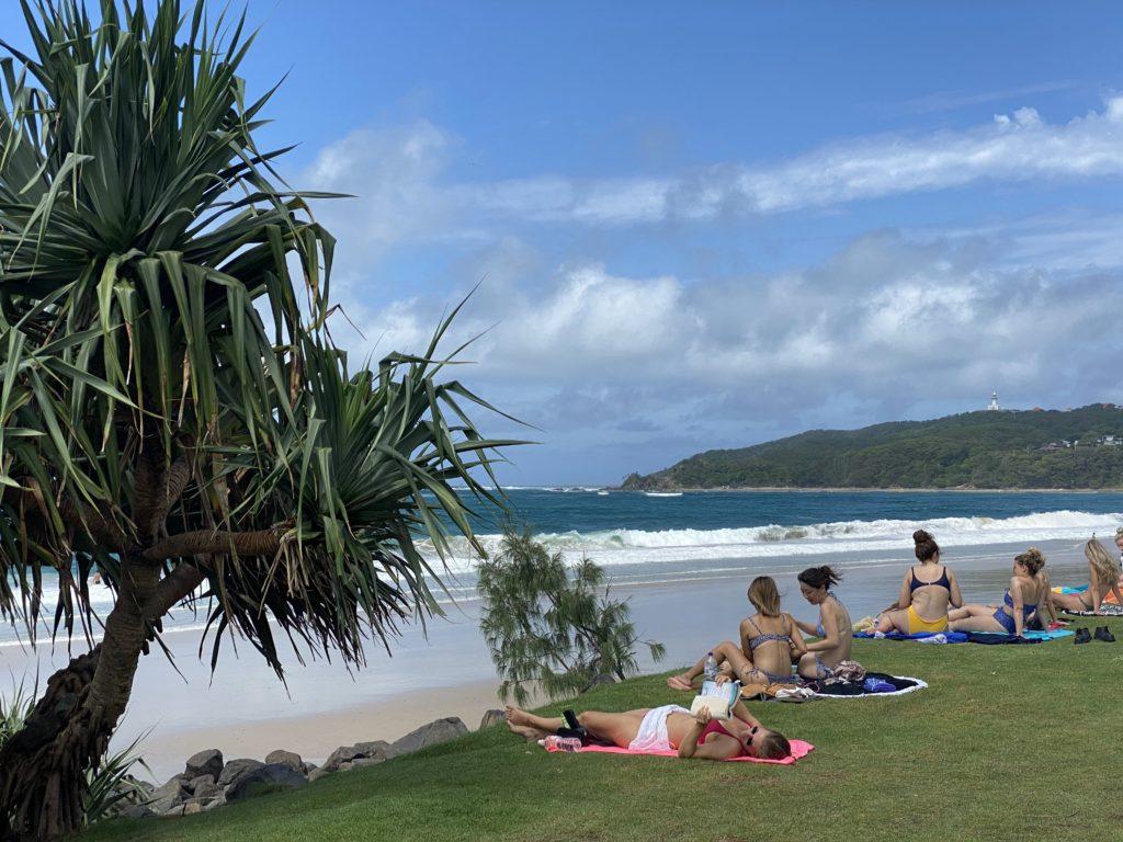 ビーチでのんびり過ごす人