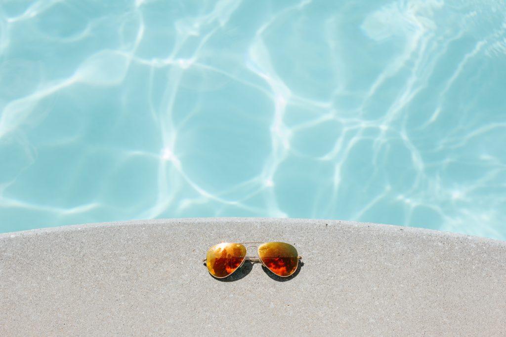プールの淵に置かれたサングラス